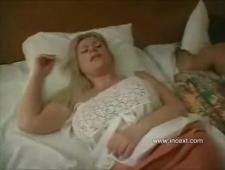Трахнул спящую мачеху в постеле