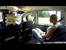 Таксист трахнул девку на заднем сиденье