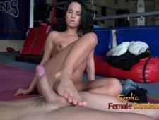Женщина трахает мужика с помощью ног