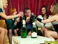 Пьяные девки трахнулись с парнем