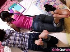 Девочки студентки сосутся