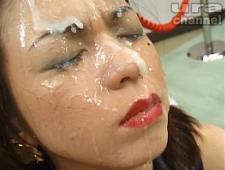 Заливают девкам лицо спермой