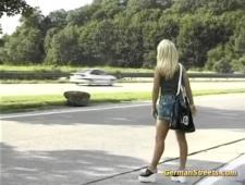 Залезла к чуваку в машину и напросилась на ебли