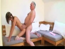 Старик трахает девушку младше себя