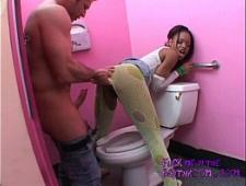 Трахаются в туалете с девушкой