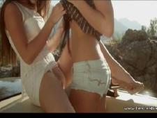 Молодая девушка трахает молодую девушку