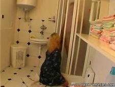 Брат трахает сестру в ванной на полу