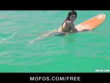 Сексуальная серфингистка трахается на берегу