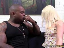 Блондинка трахается с пухленьким негром