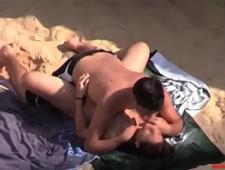 Парень трахает свою сестру на пляже