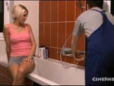 Трахает свою жену в ванной
