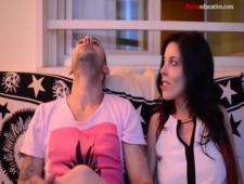 Молодая пара показывает как доласкать девушку до сквирта