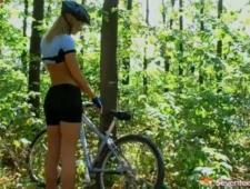 Секси велосипедистка демонстрирует свою киску