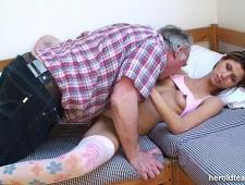 Трахнул спящую дочку в узкую киску
