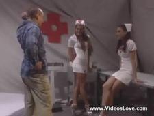 Молодая медсестра слизывает сперму до последней капли
