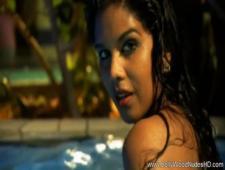 Красотка индианка плавает в бассейне