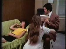 Доктор трахает девок под гипнозом