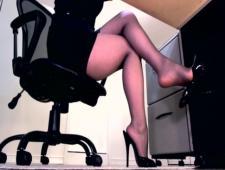 Чем занимается девушка на работе под столом
