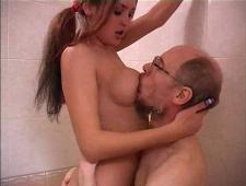Старик ебет девочку в ванной