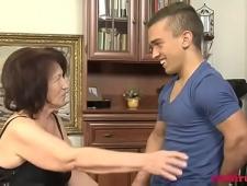 Зрелую трахает молодой парень карлик