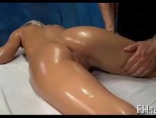 Зрелый массажист возбудил клиентку и трахнул