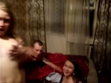 Русская семейка играет в карты на раздевание